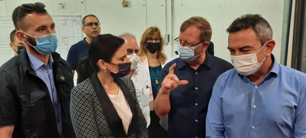 שקד ובעלי המפעל בישראל