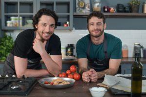 מימין השף אושר אידלמן והשף אודי ברקן הכנת סמבוסק